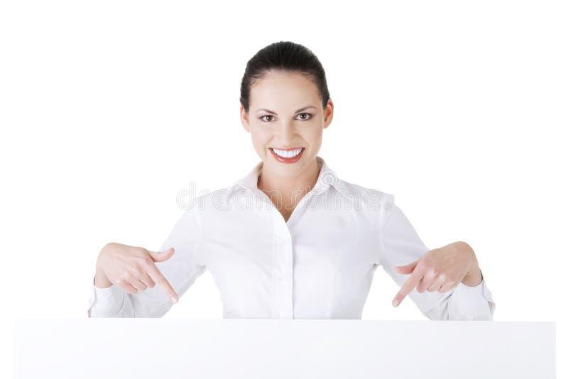 Empresaria atractiva que lleva a cabo al tablero en blanco. foto de archivo libre de regalías