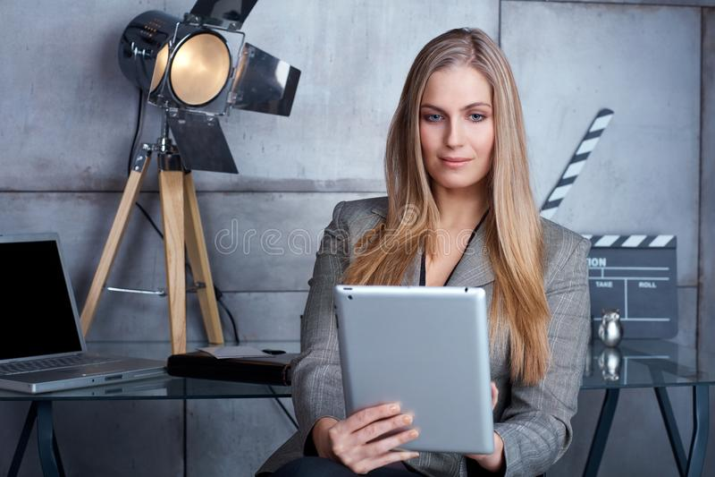 Empresaria atractiva que usa la tableta imagen de archivo