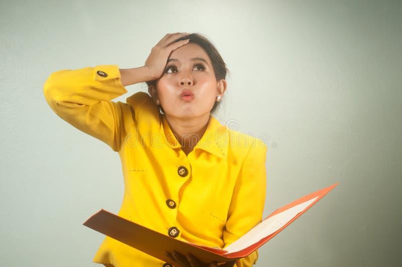 Empresaria bastante asiática chocada y sorprendida. fotos de archivo