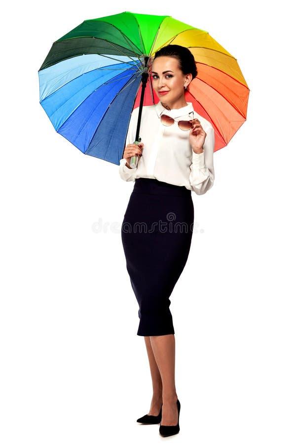 Empresaria bonita con el paraguas y las gafas de sol coloridos fotografía de archivo