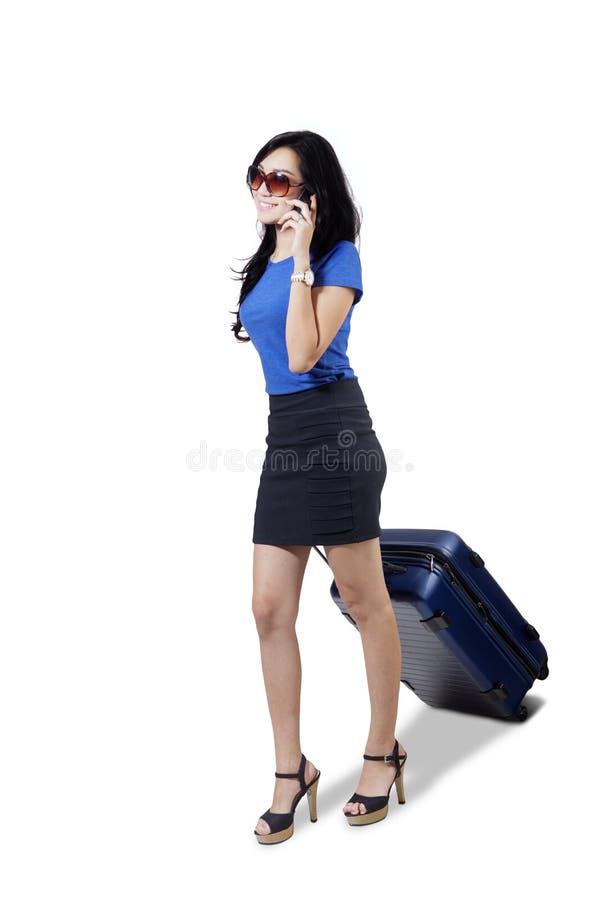 Empresaria bonita con smartphone y la maleta foto de archivo libre de regalías