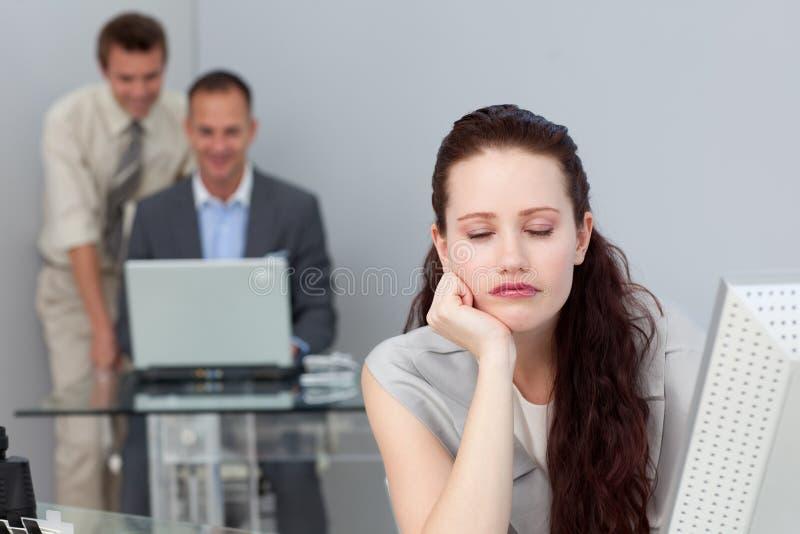 Empresaria cansada que duerme en su escritorio imagen de archivo libre de regalías