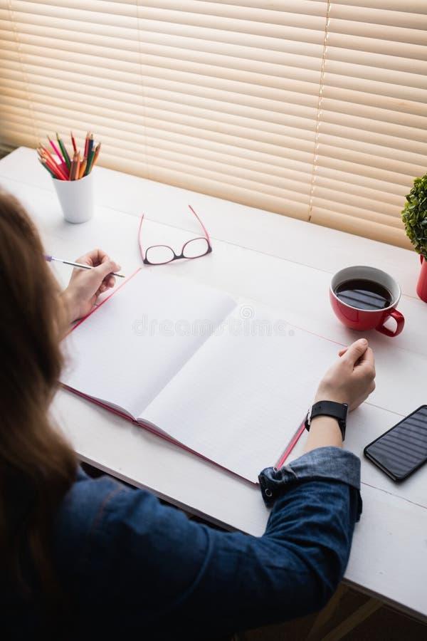 Empresaria casual que trabaja en su escritorio imagen de archivo