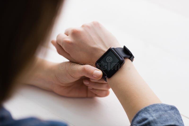 Empresaria casual que usa su reloj elegante fotos de archivo libres de regalías