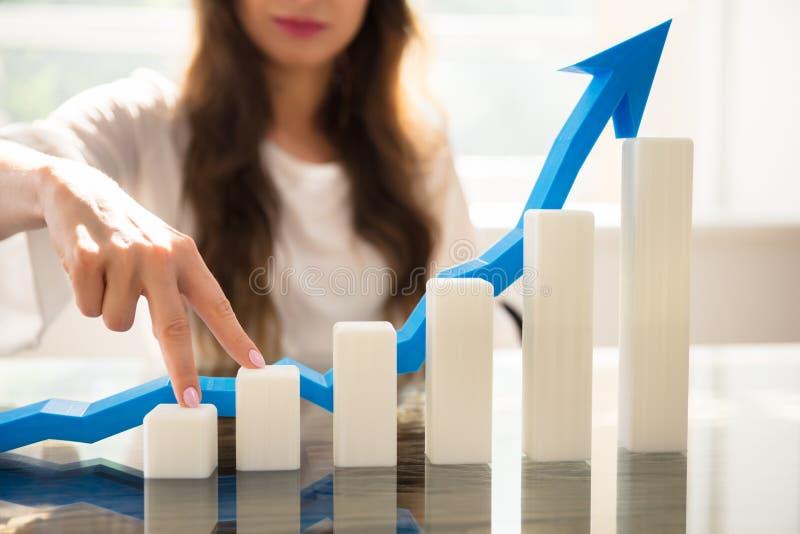 Empresaria Climbing Increasing Graph con sus fingeres imagen de archivo