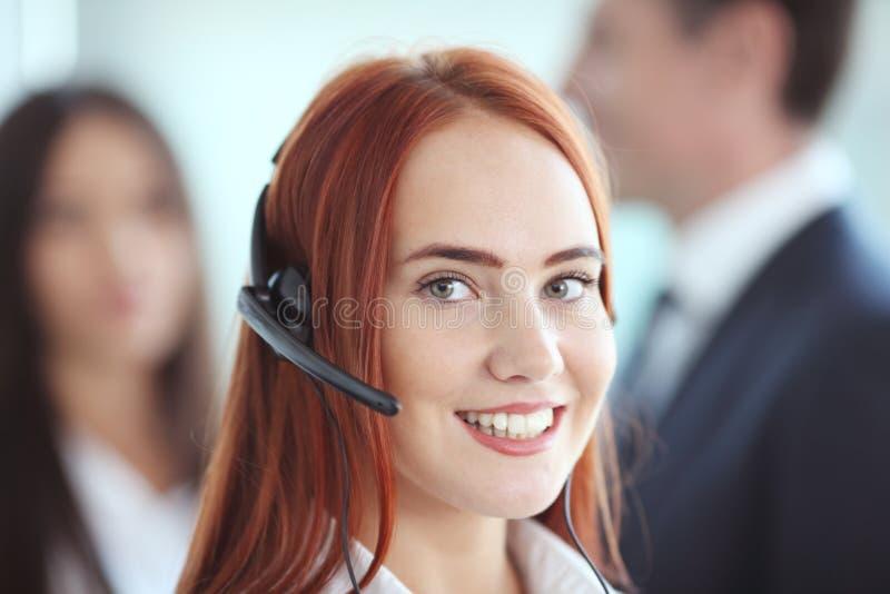Empresaria con el auricular en oficina fotografía de archivo libre de regalías
