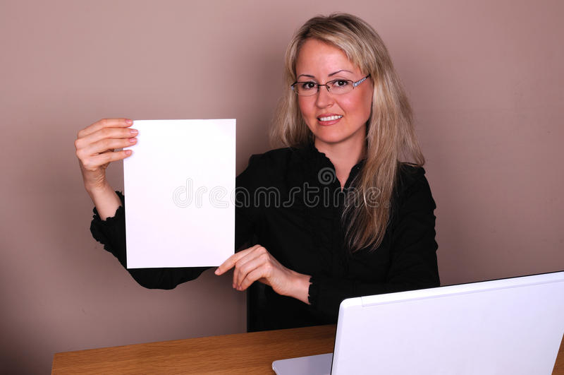 Empresaria con el documento imagen de archivo