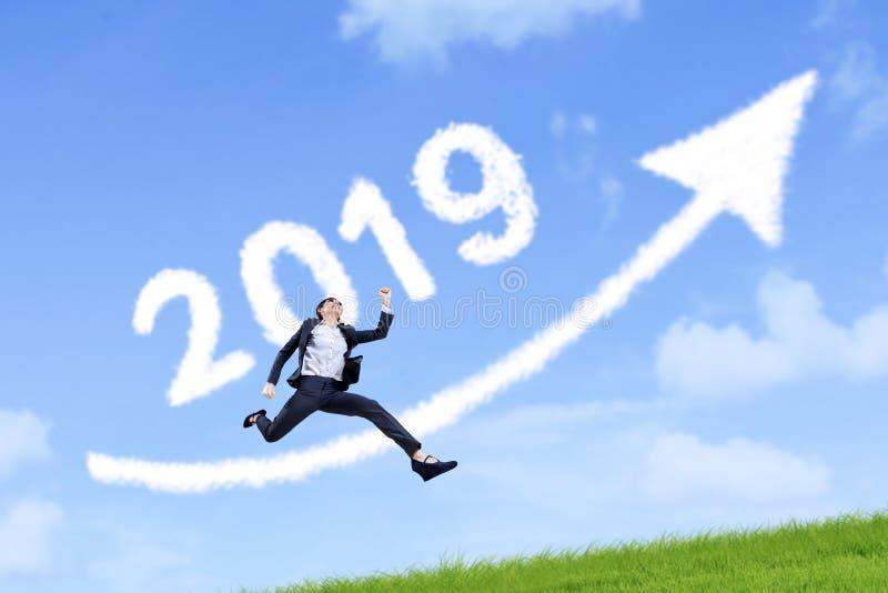 Empresaria con el número 2019 y la flecha imagenes de archivo