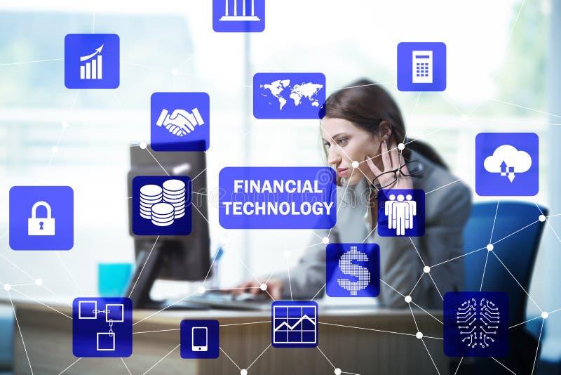 Empresaria con el ordenador en el fintech financiero de la tecnología concentrado imagen de archivo libre de regalías