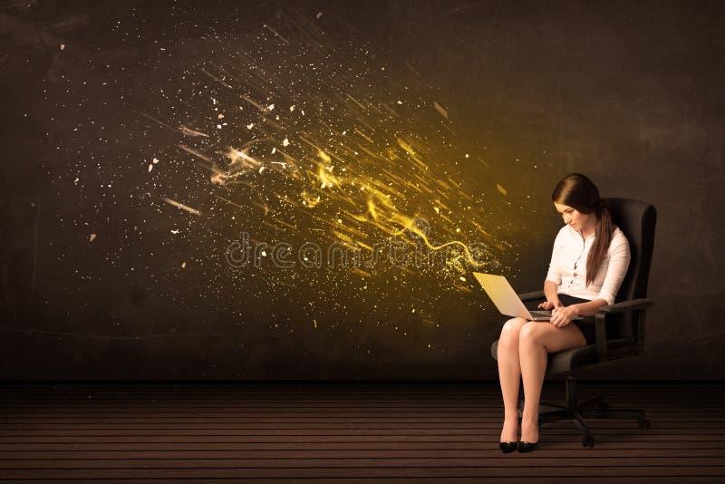Empresaria con el ordenador portátil y explosión de la energía en fondo foto de archivo libre de regalías