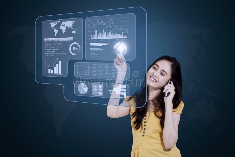 Empresaria con el teléfono móvil y la pantalla virtual fotografía de archivo libre de regalías