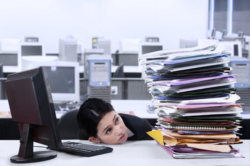 Empresaria con exceso de trabajo foto de archivo
