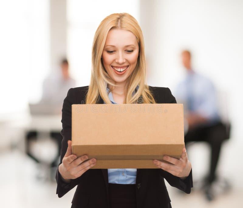 Empresaria con la caja de cartón imágenes de archivo libres de regalías