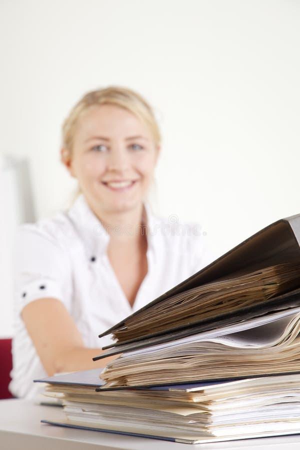 empresaria con la carpeta de fichero foto de archivo libre de regalías