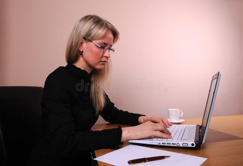 Empresaria con la computadora portátil imágenes de archivo libres de regalías