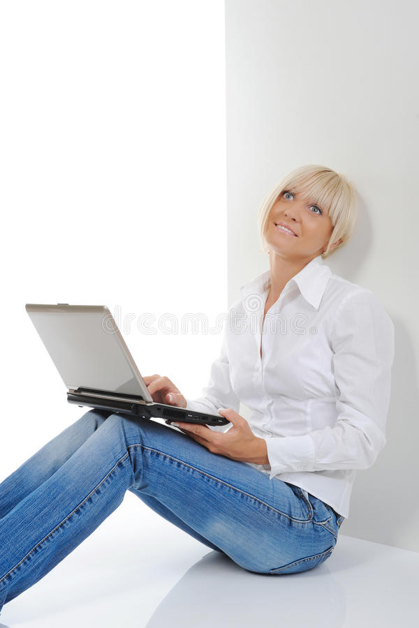 Empresaria con la computadora portátil imagenes de archivo