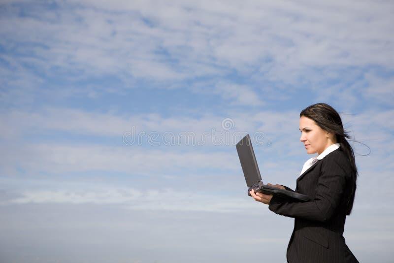 Empresaria con la computadora portátil fotos de archivo