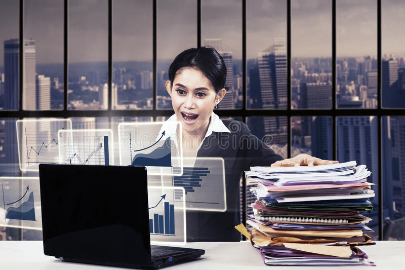 Empresaria con la expresión de la tensión imagenes de archivo
