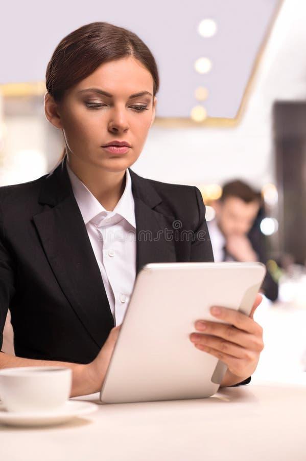 Empresaria con la tableta digital. imágenes de archivo libres de regalías