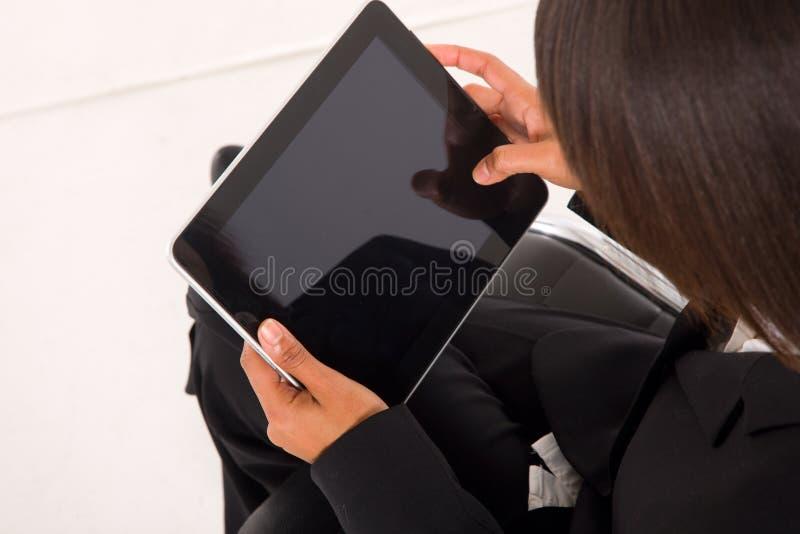 Empresaria con la tablilla imagenes de archivo