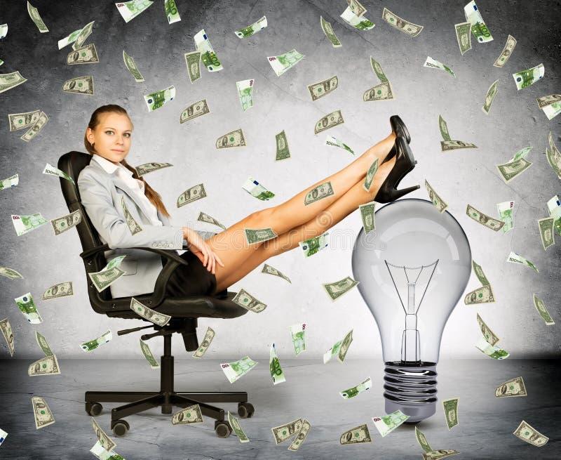 Empresaria con lluvia de la bombilla y del dinero ilustración del vector