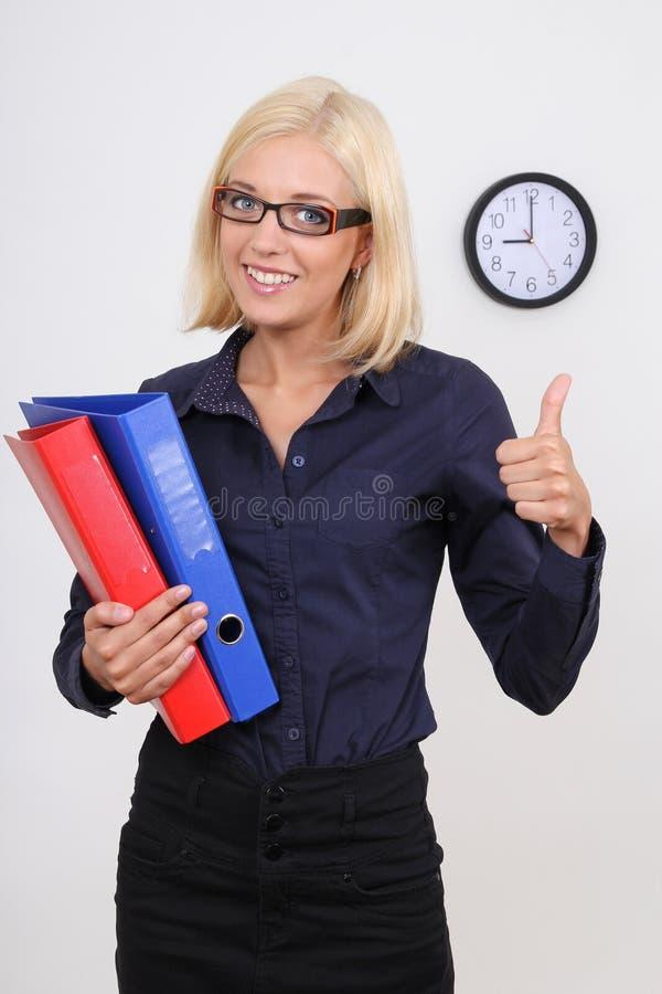 Empresaria con los pulgares de las carpetas para arriba imagenes de archivo