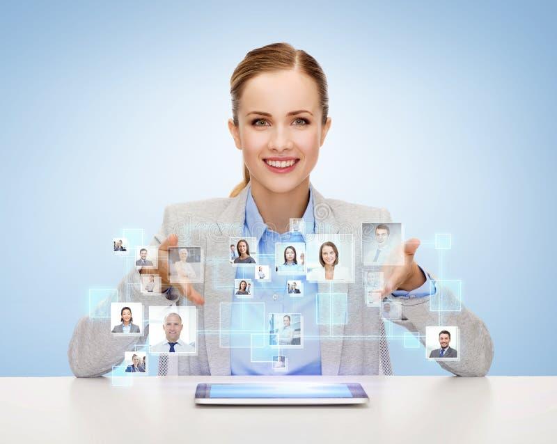 Empresaria con PC de la tableta y los iconos de contactos fotografía de archivo