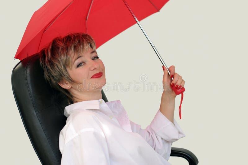 Empresaria con un paraguas rojo imagen de archivo libre de regalías
