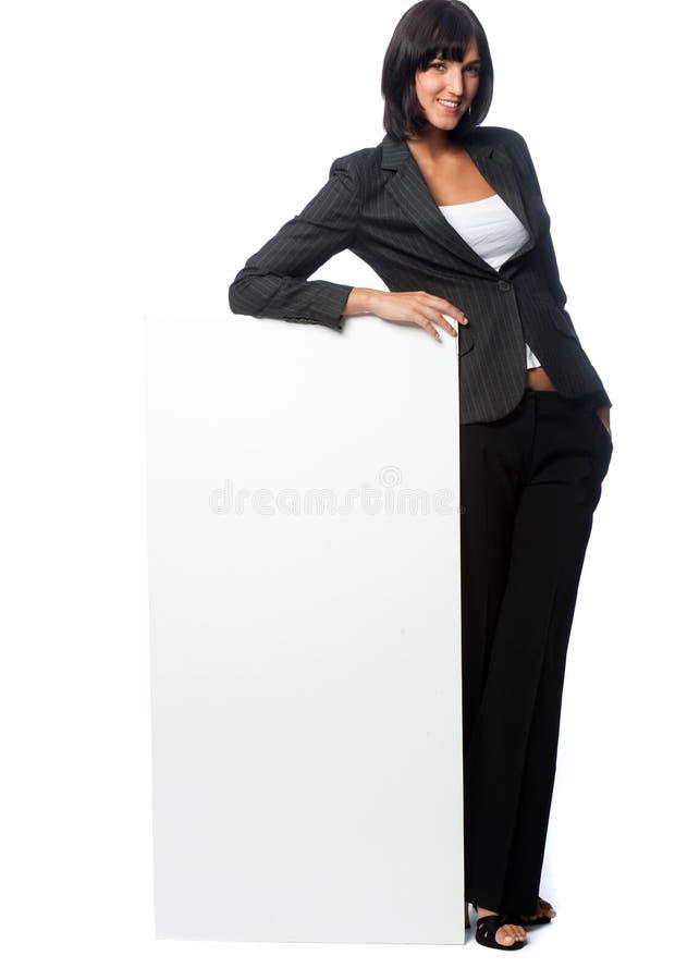 Empresaria con una tarjeta en blanco fotografía de archivo