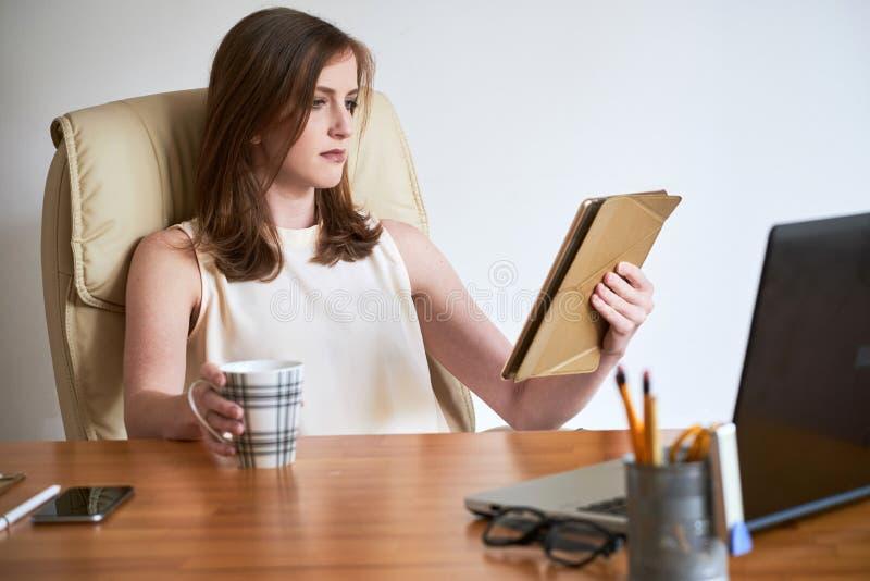 Empresaria contemporánea con la tableta y el café fotos de archivo libres de regalías