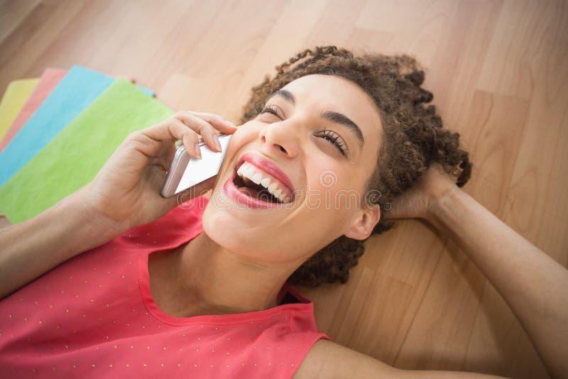 Empresaria creativa joven que ríe en el teléfono fotos de archivo