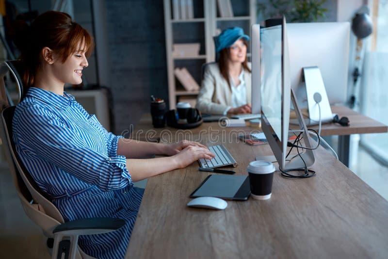 Empresaria creativa que trabaja en horas extras en el ordenador para el nuevo proj imagenes de archivo