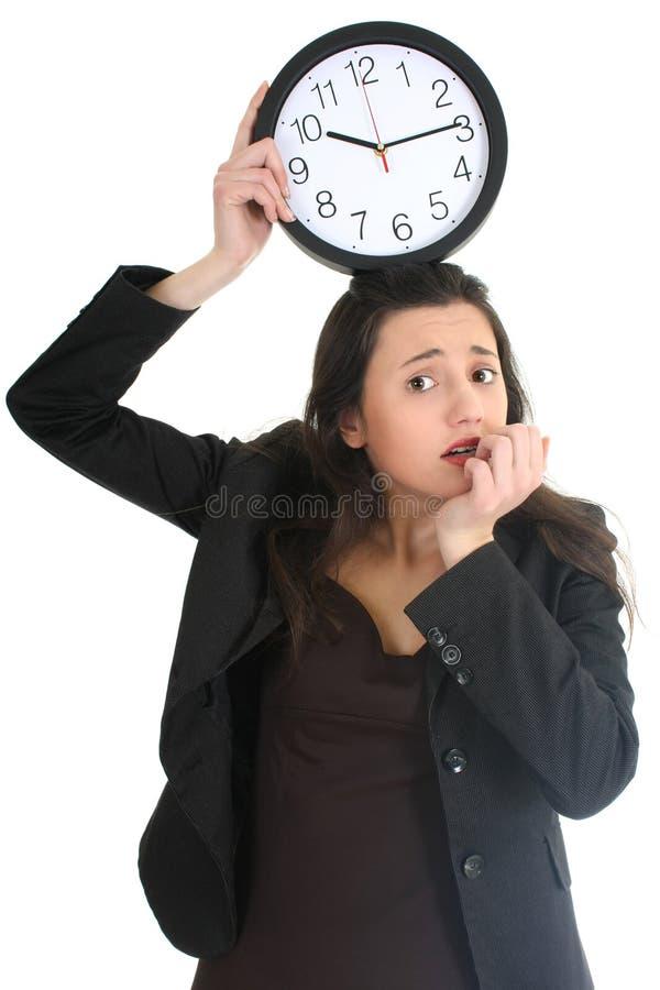 Empresaria dada una sacudida eléctrica con el reloj foto de archivo libre de regalías