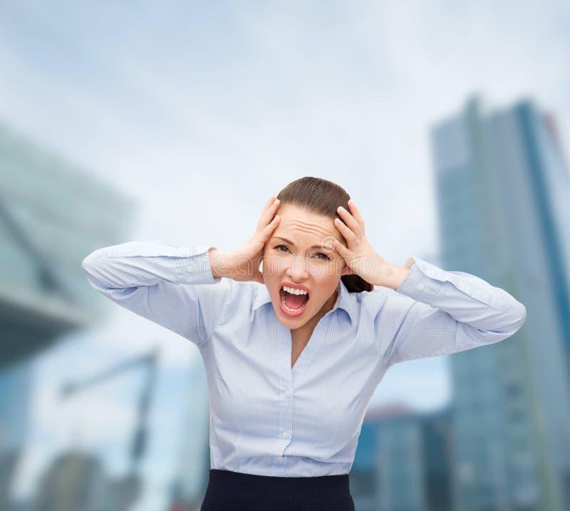 Empresaria de griterío enojada al aire libre foto de archivo libre de regalías