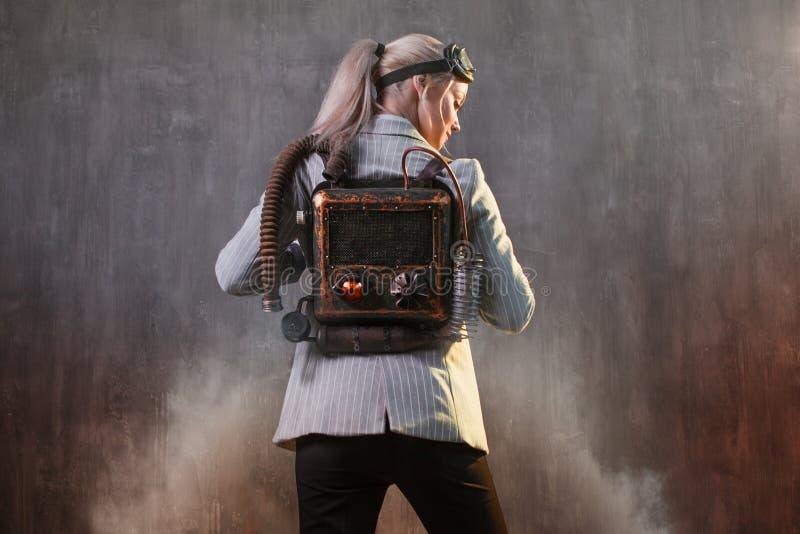 Empresaria de la mujer joven con el jetpack en la parte posterior Concepto, inicio, tecnología y desarrollo de la aceleración del fotografía de archivo libre de regalías