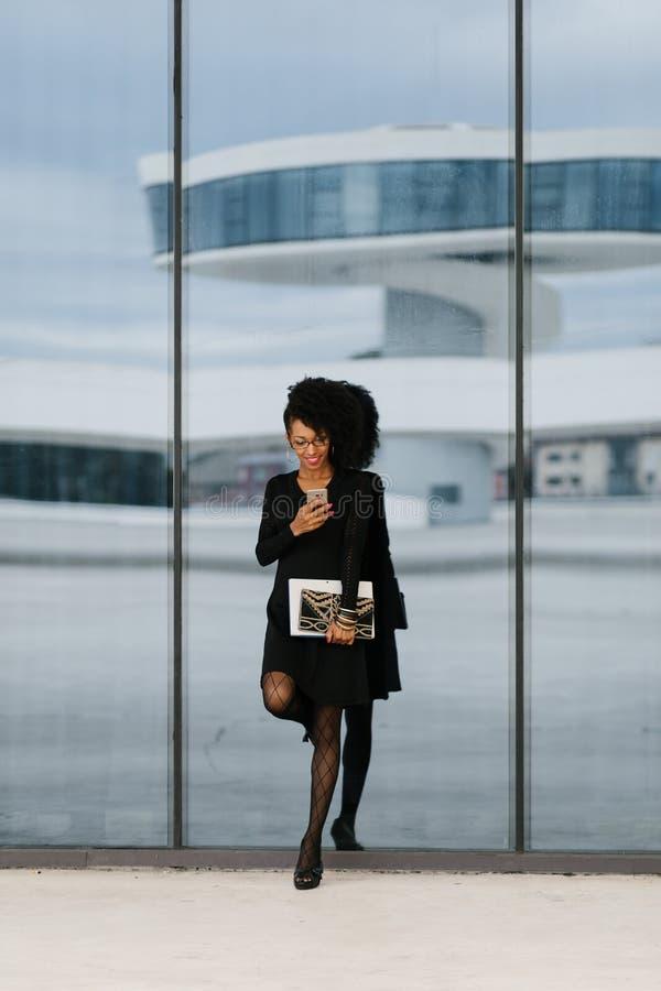 Empresaria de moda joven que usa el tel?fono m?vil fotografía de archivo libre de regalías