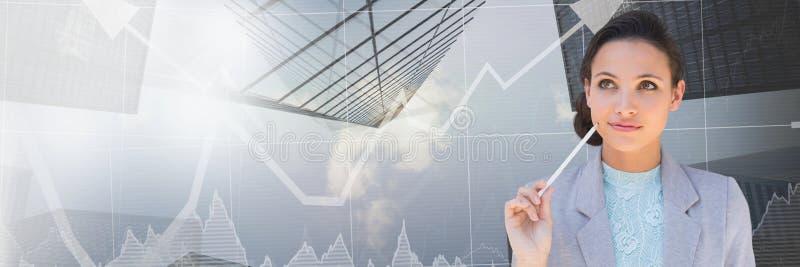 Empresaria de pensamiento con las flechas del mercado de acción de y la transición de los raspadores del cielo foto de archivo libre de regalías