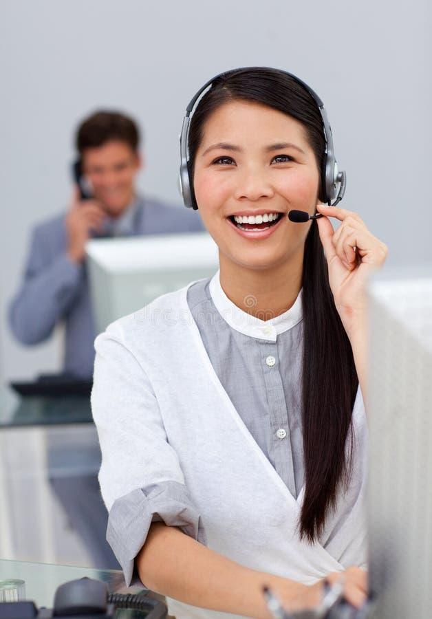 Empresaria de risa con el receptor de cabeza encendido foto de archivo