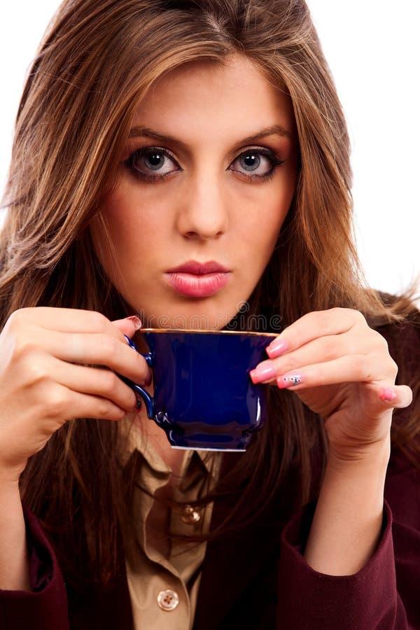 Empresaria del encanto con la taza de café imagen de archivo