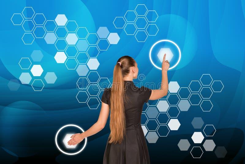 Empresaria delante de la pantalla del holographica libre illustration