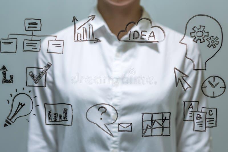 Empresaria delante de la pantalla virtual con el espacio de la copia para el texto o el diseño imágenes de archivo libres de regalías