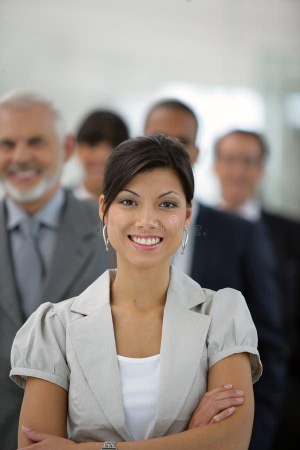 Empresaria delante de las personas de las ventas fotografía de archivo libre de regalías