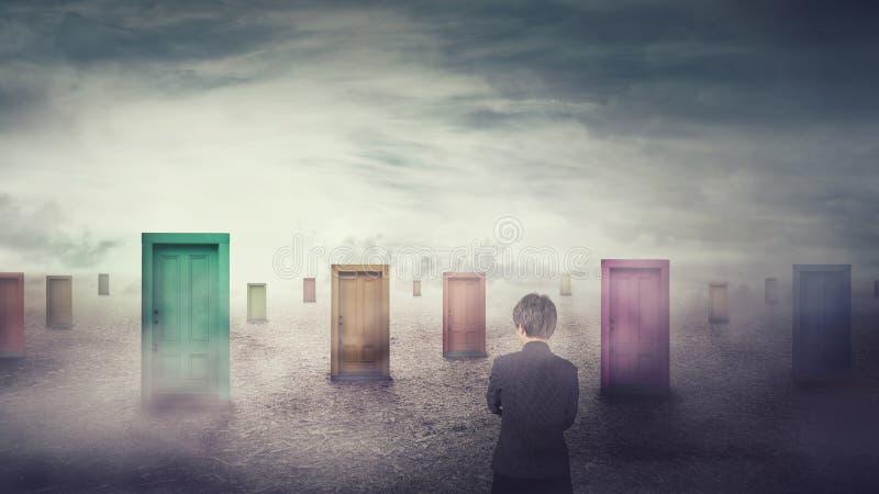Empresaria delante de muchas diversas puertas que eligen uno Decisi?n dif?cil, concepto bien escogido importante, fracaso o ?xito fotos de archivo