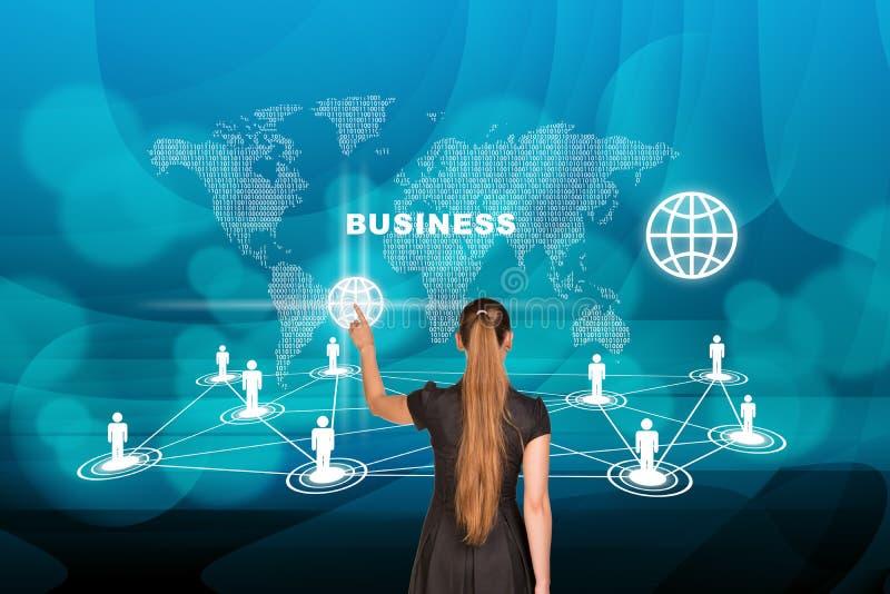 Empresaria delante del mapa del mundo ilustración del vector