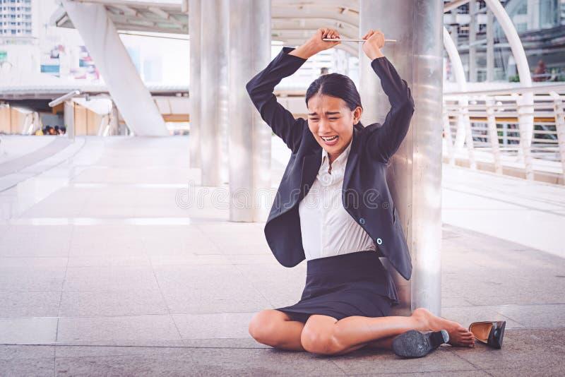 Empresaria deprimida joven que se sienta en el piso foto de archivo
