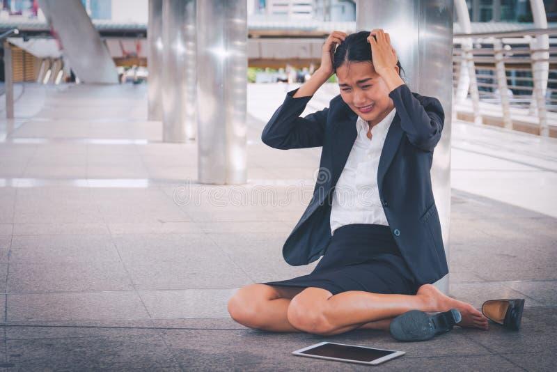 Empresaria deprimida joven que se sienta en el piso fotos de archivo
