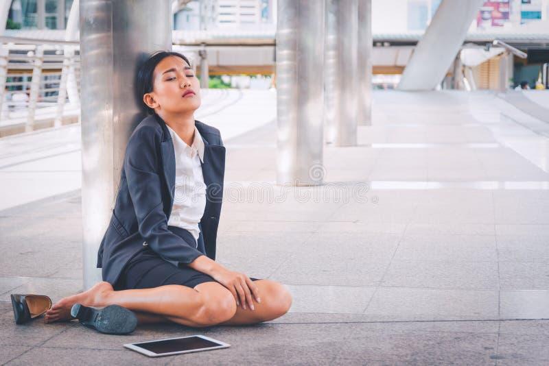 Empresaria deprimida joven que se sienta en el piso fotografía de archivo