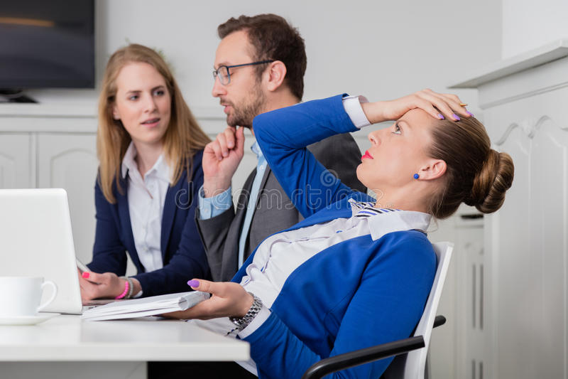 Empresaria descontenta en una reunión fotos de archivo