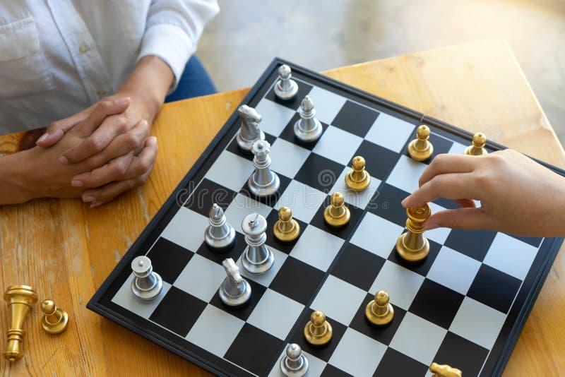Empresaria dos que piensa y llevar a cabo ajedrez del rey imagenes de archivo