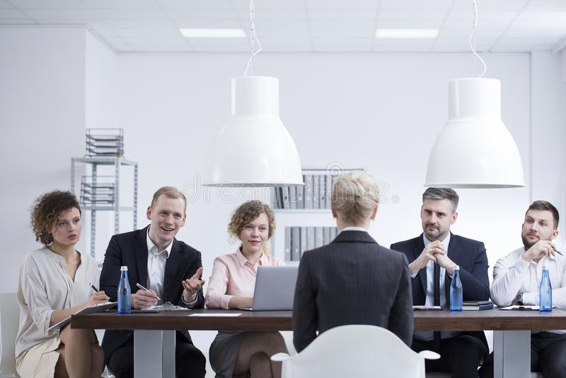 Empresaria durante entrevista de trabajo fotos de archivo